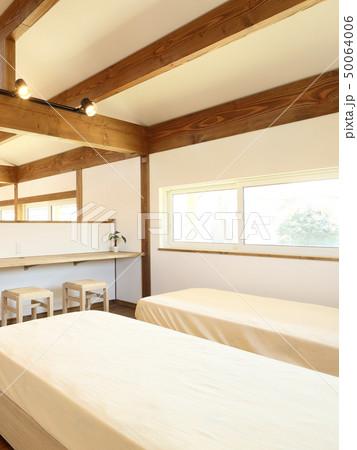 ペット同居型デザイナーズ住宅のお洒落な寝室 50064006