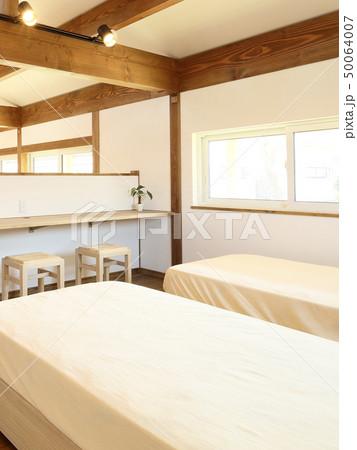 ペット同居型デザイナーズ住宅のお洒落な寝室 50064007