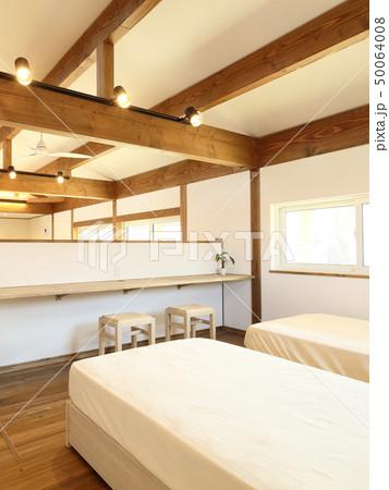 ペット同居型デザイナーズ住宅のお洒落な寝室 50064008