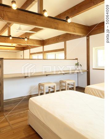 ペット同居型デザイナーズ住宅のお洒落な寝室 50064009