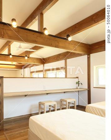 ペット同居型デザイナーズ住宅のお洒落な寝室 50064010
