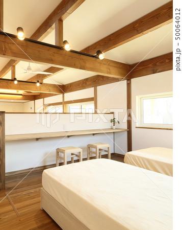 ペット同居型デザイナーズ住宅のお洒落な寝室 50064012