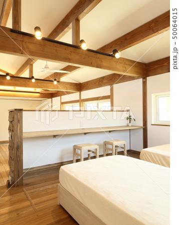 ペット同居型デザイナーズ住宅のお洒落な寝室 50064015