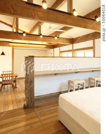ペット同居型デザイナーズ住宅のお洒落な寝室 50064018