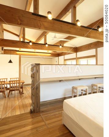 ペット同居型デザイナーズ住宅のお洒落な寝室 50064020