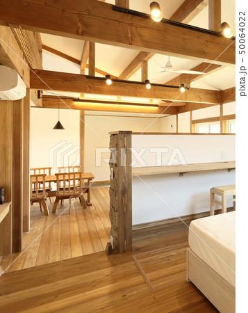 ペット同居型デザイナーズ住宅のお洒落な寝室 50064022