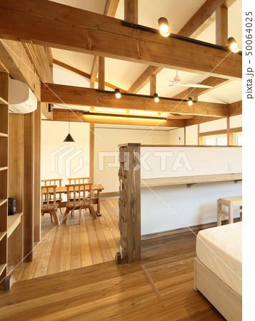 ペット同居型デザイナーズ住宅のお洒落な寝室 50064025