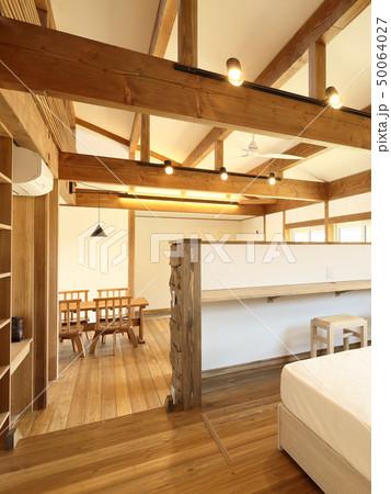 ペット同居型デザイナーズ住宅のお洒落な寝室 50064027