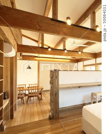 ペット同居型デザイナーズ住宅のお洒落な寝室 50064031
