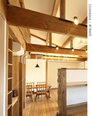ペット同居型デザイナーズ住宅のお洒落な寝室 50064032