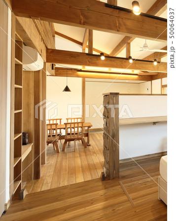 ペット同居型デザイナーズ住宅のお洒落な寝室 50064037