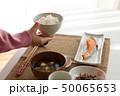 ご飯を配膳する女性 50065653