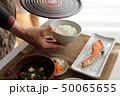 ご飯を配膳する女性 50065655