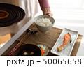 ご飯を配膳する女性 50065658