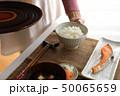 ご飯を配膳する女性 50065659