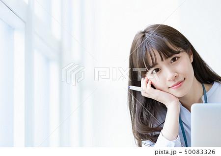 若い女性 デスクワーク 50083326