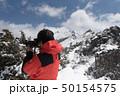 金峰山稜線と写真を撮る登山者 50154575