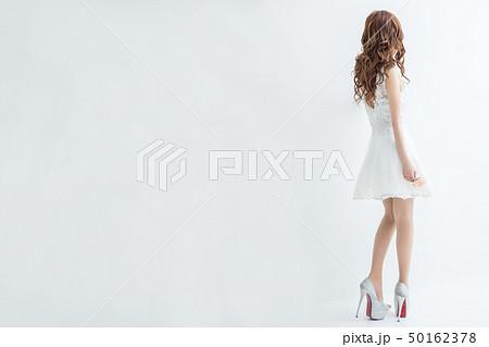 白背景に白いレースのドレスを着た美脚の女性後ろ姿モデル美人綺麗キャバクラキャバ嬢 50162378