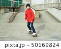 子供 スケートボード 滑る 50169824