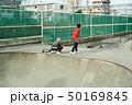 子供 スケートボード 滑る 50169845