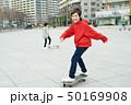 子供 スケートボード 滑る 50169908