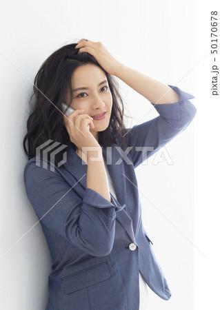 髪をかきあげるミドル女性 50170678
