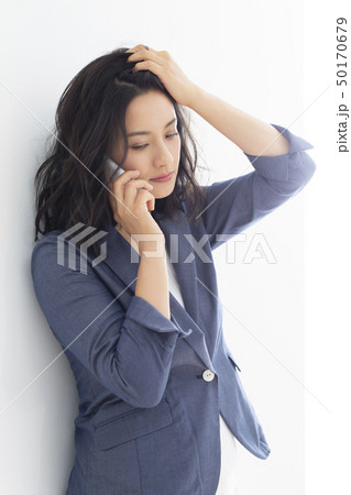 髪をかきあげるミドル女性 50170679