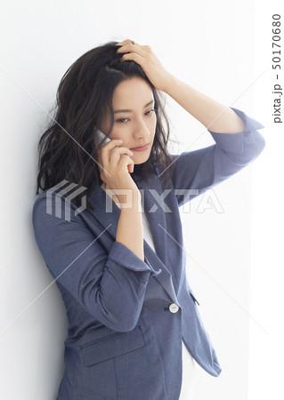 髪をかきあげるミドル女性 50170680