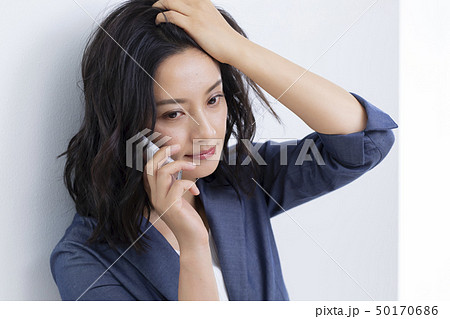 髪をかきあげるミドル女性 50170686