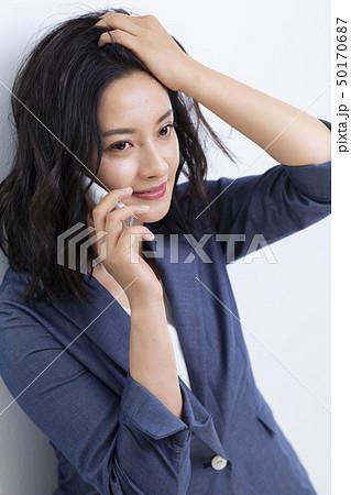 髪をかきあげるミドル女性 50170687