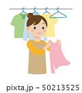 洗濯物を干す女性 50213525