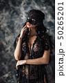 女性 お面 マスクの写真 50265201