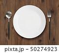 古木の食卓の皿とスプーンとフォーク 50274923