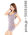 爽やかなワンピースを着た女性 50291696