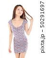 爽やかなワンピースを着た女性 50291697