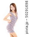 爽やかなワンピースを着た女性 50291698