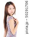 爽やかなワンピースを着た女性 50291706