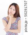 爽やかなワンピースを着た女性 50291707