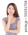 爽やかなワンピースを着た女性 50291708