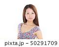 爽やかなワンピースを着た女性 50291709