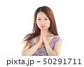 爽やかなワンピースを着た女性 50291711