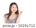 爽やかなワンピースを着た女性 50291712