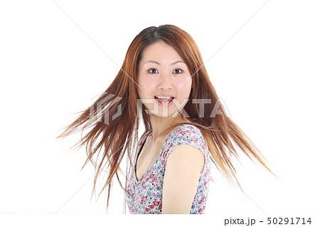 爽やかなワンピースを着た女性 50291714