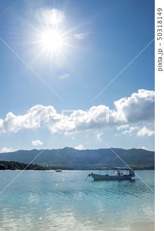 石垣島の川平湾の小舟と太陽 50318149