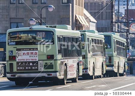 京都 路線バス 朝の四条通  50330444