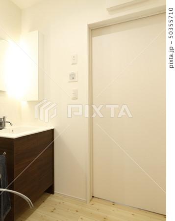 デザイナーズハウス お洒落な洗面脱衣室 50355710