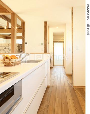 ペット同居型デザイナーズ住宅のお洒落なキッチン 50356998