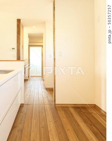 ペット同居型デザイナーズ住宅のお洒落なキッチン 50357257