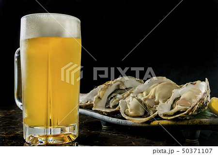 生ビールと生牡蛎 50371107