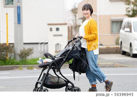 赤ちゃんと出掛ける母親 ベビーカー 散歩 子育て 育児 50396945